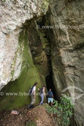 Turistas na Gruta do Belmiro no Parque Nacional da Tijuca  - Rio de Janeiro - Rio de Janeiro (RJ) - Brasil