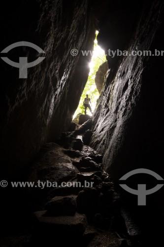 Turista na Gruta do Belmiro no Parque Nacional da Tijuca  - Rio de Janeiro - Rio de Janeiro (RJ) - Brasil