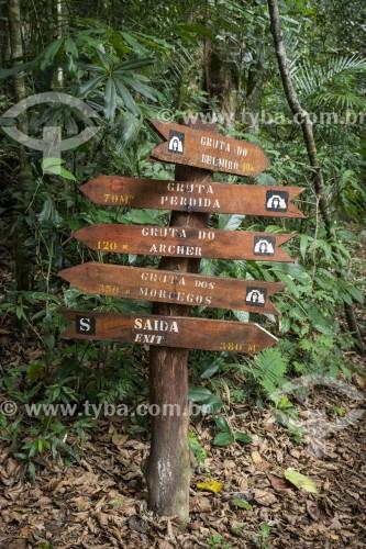 Placas de sinalização em trilha do Parque Nacional da Tijuca  - Rio de Janeiro - Rio de Janeiro (RJ) - Brasil