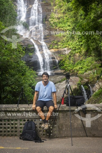 Retrato de fotógrafo na Floresta da Tijuca com a Cascatinha Taunay ao fundo - Rio de Janeiro - Rio de Janeiro (RJ) - Brasil