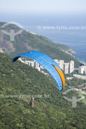 Decolagem de parapente a partir da rampa da Pedra Bonita/Pepino com a Praia de São Conrado ao fundo  - Rio de Janeiro - Rio de Janeiro (RJ) - Brasil