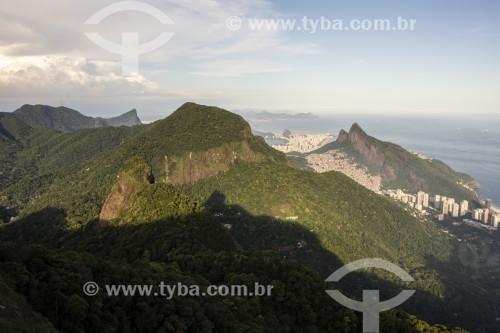 Vista de montanhas do Parque Nacional da Tijuca e do Morro Dois Irmãos a partir da Pedra Bonita  - Rio de Janeiro - Rio de Janeiro (RJ) - Brasil