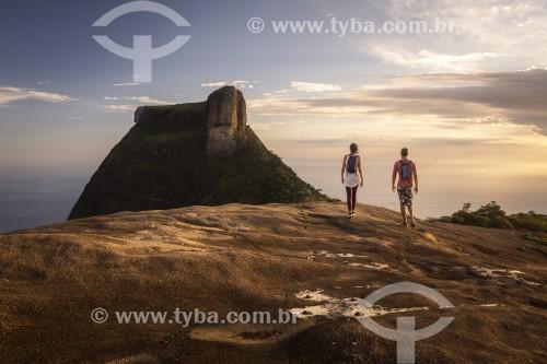 Casal no cume da Pedra Bonita com a Pedra da Gávea ao fundo  - Rio de Janeiro - Rio de Janeiro (RJ) - Brasil