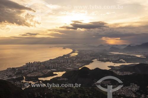Vista do bairro da Barra da Tijuca a partir da Pedra Bonita durante o pôr do sol  - Rio de Janeiro - Rio de Janeiro (RJ) - Brasil