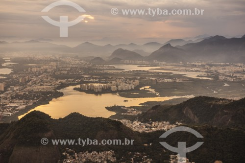 Vista de lagoas e montanhas a partir da Pedra Bonita durante o por do sol - Rio de Janeiro - Rio de Janeiro (RJ) - Brasil