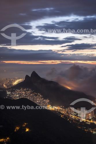 Vista do Morro Dois Irmãos e da Favela da Rocinha ao amanhecer a partir da Pedra Bonita  - Rio de Janeiro - Rio de Janeiro (RJ) - Brasil