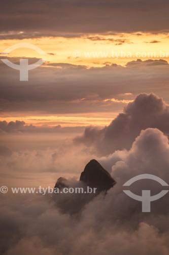 Vista do Morro Dois Irmãos entre nuvens ao amanhecer a partir da Pedra Bonita  - Rio de Janeiro - Rio de Janeiro (RJ) - Brasil
