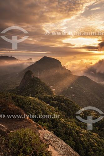 Vista de montanhas do Parque Nacional da Tijuca ao amanhecer a partir da Pedra Bonita  - Rio de Janeiro - Rio de Janeiro (RJ) - Brasil