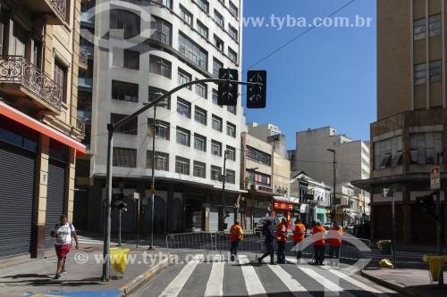 Rua 25 de Março com as lojas fechadas devido a quarentena imposta pelo Covid-19 - São Paulo - São Paulo (SP) - Brasil