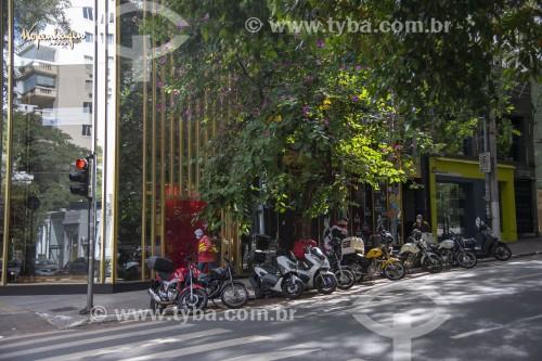 Comércio essencial na Rua Oscar Freire funcionando durante a quarentena imposta pelo Covid-19 - São Paulo - São Paulo (SP) - Brasil