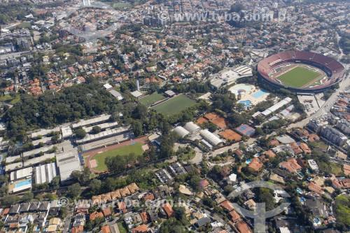 Foto feita com drone do Colégio Visconde de Porto Seguro à esquerda com o Estádio Cícero Pompeu de Toledo (Morumbi) à direita - São Paulo - São Paulo (SP) - Brasil