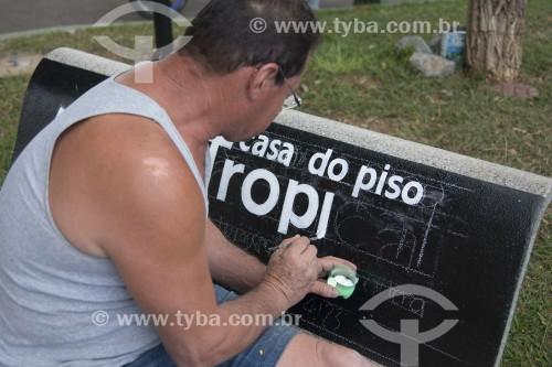 Pintor desenhanho em banco de praça - Paraisópolis - Minas Gerais (MG) - Brasil