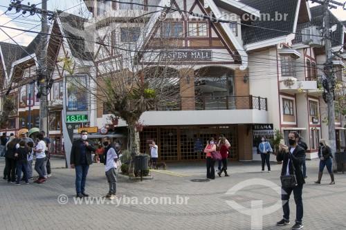 Turistas na Vila Capivari usando máscaras durante a crise do Coronavírus - Campos do Jordão - São Paulo (SP) - Brasil