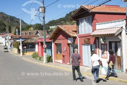 Turistas passeando na Rua Coronel João Vieira com as lojas fechadas devido à Crise do Coronavírus - Gonçalves - Minas Gerais (MG) - Brasil