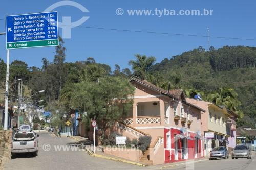 Sobrado comercial e placa de sinalização dos bairros - Gonçalves - Minas Gerais (MG) - Brasil