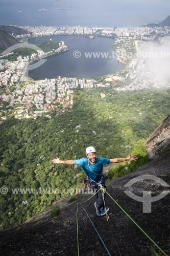 Alpinista durante a escalada no Morro do Corcovado - Lagoa Rodrigo de Freitas ao fundo - Rio de Janeiro - Rio de Janeiro (RJ) - Brasil