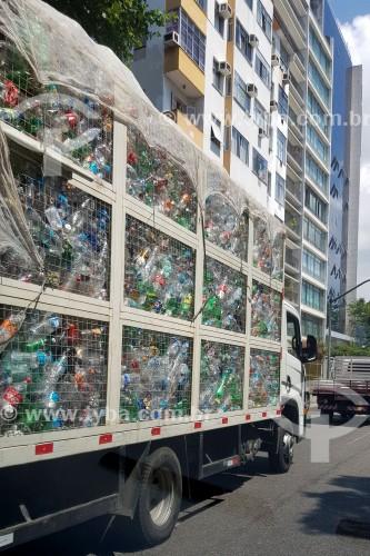 Caminhão de coleta de garrafas PET para reciclagem - Rio de Janeiro - Rio de Janeiro (RJ) - Brasil