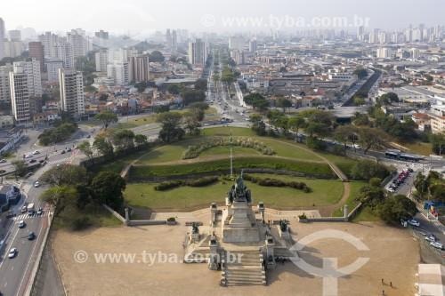 Foto feita com drone do Monumento à Independência do Brasil (1922) no jardim do Parque da Independência - Avenida Dom Pedro I ao fundo - São Paulo - São Paulo (SP) - Brasil