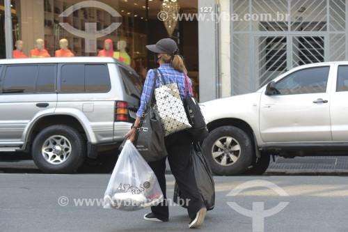 Consumidora carregando sacola de compras na Rua José Paulino durante à crise do Coronavírus - São Paulo - São Paulo (SP) - Brasil