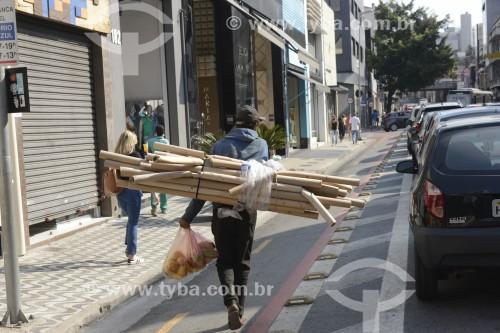 Catador de material reciclavel na Rua Silva Pinto durante a crise do Coronavírus - São Paulo - São Paulo (SP) - Brasil
