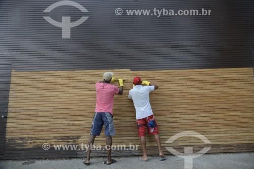 Trabalhadores raspando tinta de madeira - São Paulo - São Paulo (SP) - Brasil