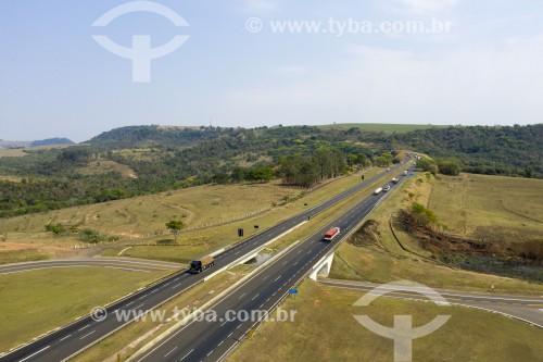 Foto feita com drone da Rodovia Washington Luís - Serra de Corumbataí - Corumbataí - São Paulo (SP) - Brasil