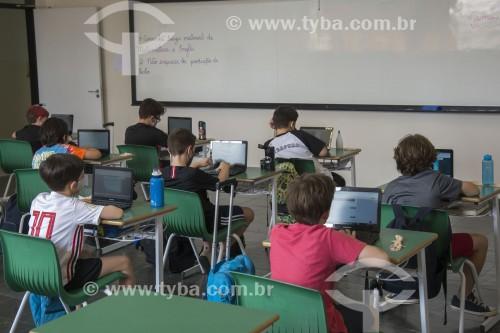 Sala de aula de colégio particular com distânciamento entre carteiras e presença reduzida de alunos em função da crise do Coronavírus - Sorocaba - São Paulo (SP) - Brasil