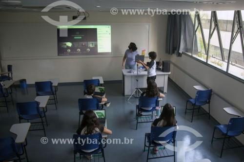 Sala de aula de colégio particular com parte dos alunos em aula presencial e outra parte em aula remota em função da crise do Coronavírus - Sorocaba - São Paulo (SP) - Brasil