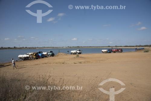 Caminhões pipa sendo carregados de água no Reservatório Barreiro da transposição do Rio São Francisco para abastecer as comunidades das áreas rurais - Sertânia - Pernambuco (PE) - Brasil