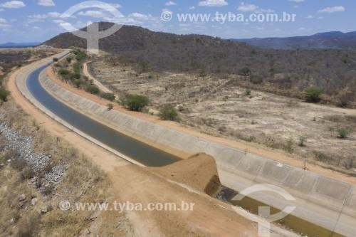 Foto feita com drone do canal da Transposição do Rio São Francisco com interrupção - construção em aterro - eixo leste - Sertânia - Pernambuco (PE) - Brasil