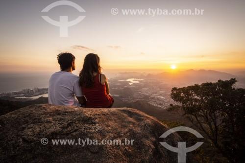 Casal obeservando o por do sol do Bico do Papagaio no Parque Nacional da Tijuca - Rio de Janeiro - Rio de Janeiro (RJ) - Brasil