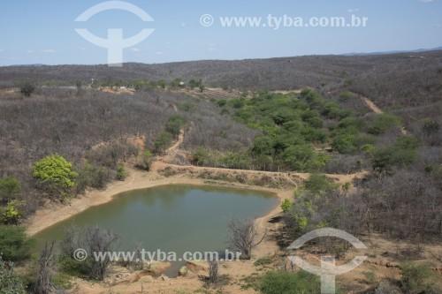 Fazenda com açude no sertão pernambucano no período da seca - Salgueiro - Pernambuco (PE) - Brasil