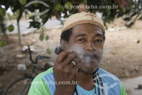 Indígena da etnia Truká usando guia para fumar liamba - erva fumada e usada como defumação no ritual do toré - Cabrobó - Pernambuco (PE) - Brasil