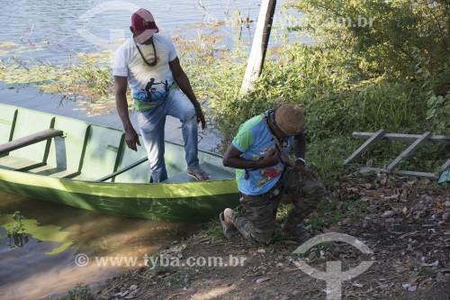 Índio da etnia Truká fazendo o ritual de reverência ao pisar na Ilha da Onça - território sagrado para os Truká - Cabrobó - Pernambuco (PE) - Brasil
