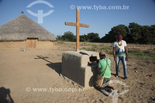 Indígenas da etnia Truká fazendo o ritual de reverência ao chegar na Ilha da Onça - território sagrado - Cabrobó - Pernambuco (PE) - Brasil