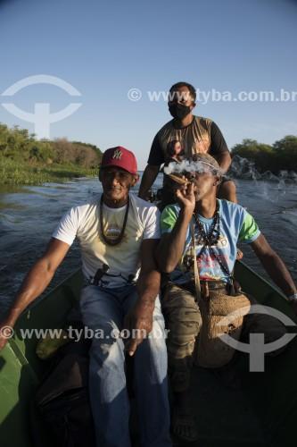 Indígenas da etnia Truká navegando no Rio São Francisco - canoeiro usando máscara em função da pandemia de coronavírus - Cabrobó - Pernambuco (PE) - Brasil