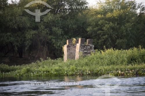 Estrutura de tijolo que suportava grande roda que captava água no Rio Pequeno na Ilha Assunção - desapareceu após enchente na ilha - Terra Indígena Truká - Cabrobó - Pernambuco (PE) - Brasil