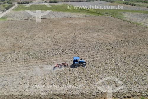 Foto feita com drone de trator arando a terra para plantio - Terra Indígena Truká - Ilha Assunção - Cabrobó - Pernambuco (PE) - Brasil