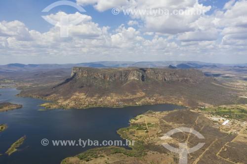 Foto feita com drone do Maciço Serra Talhada - no pé da serra o Açúde da Serra que abastece a cidade de Serra Talhada - Serra Talhada - Pernambuco (PE) - Brasil