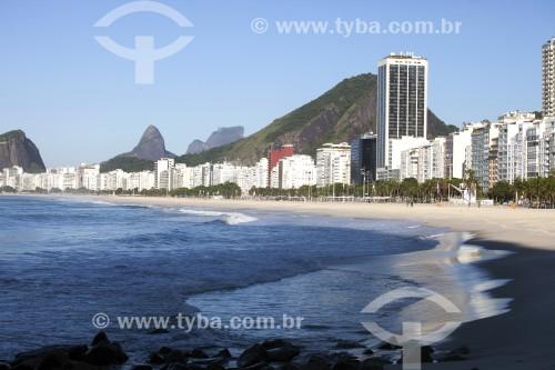 Praia de Copacabana com poucas pessoas após ter o acesso bloqueado por causa da Crise do Coronavírus - Rio de Janeiro - Rio de Janeiro (RJ) - Brasil