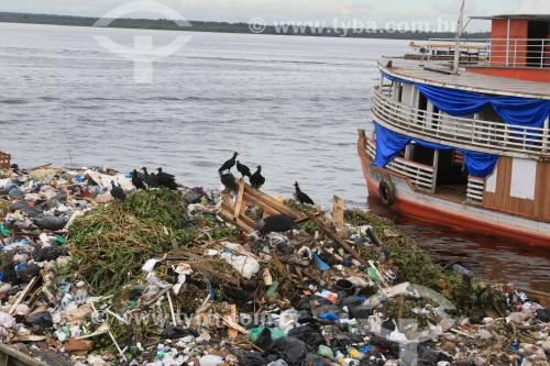 Balsa com lixo recolhido do Rio Negro - Manaus - Amazonas (AM) - Brasil