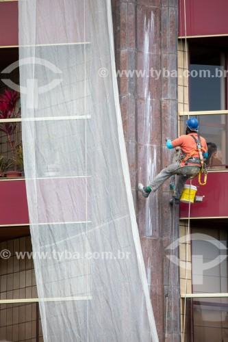 Operário fazendo manutenção de fachada de prédio - Rio de Janeiro - Rio de Janeiro (RJ) - Brasil