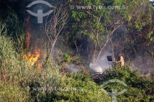Bombeiro apagando fogo no Parque Garota de Ipanema - Rio de Janeiro - Rio de Janeiro (RJ) - Brasil