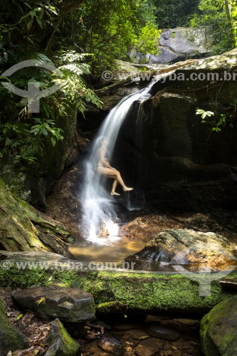 Mulher na Cachoeira do Jequitibá - Parque Nacional da Tijuca - Rio de Janeiro - Rio de Janeiro (RJ) - Brasil
