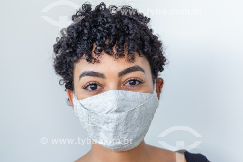 Jovem mulher posa com máscara de proteção contra a Covid-19 - Guarani - Minas Gerais (MG) - Brasil