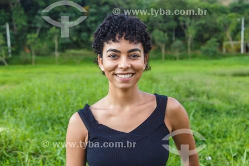 Jovem mulher posa para fotografia - Guarani - Minas Gerais (MG) - Brasil