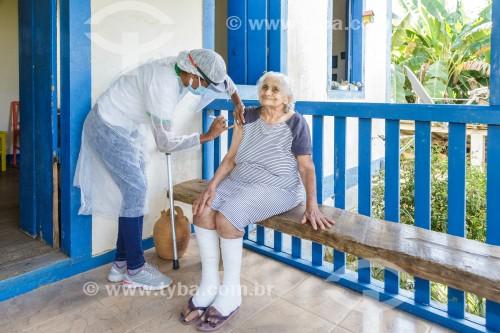 Mulher idosa sendo vacinada contra Covid-19 na varanda de sua fazenda - Guarani - Minas Gerais (MG) - Brasil