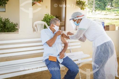 Homem idoso sendo vacinado contra Covid-19 em sua fazenda - Guarani - Minas Gerais (MG) - Brasil