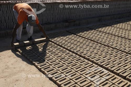 Homem produzindo manualmente tijolos em olaria - José Bonifácio - São Paulo (SP) - Brasil