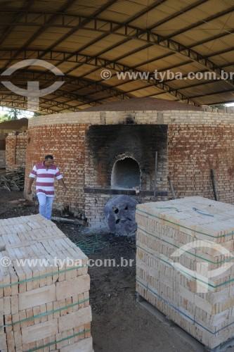 Tijolos empilhados e forno utilizado para queima de tijolos ao fundo - José Bonifácio - São Paulo (SP) - Brasil
